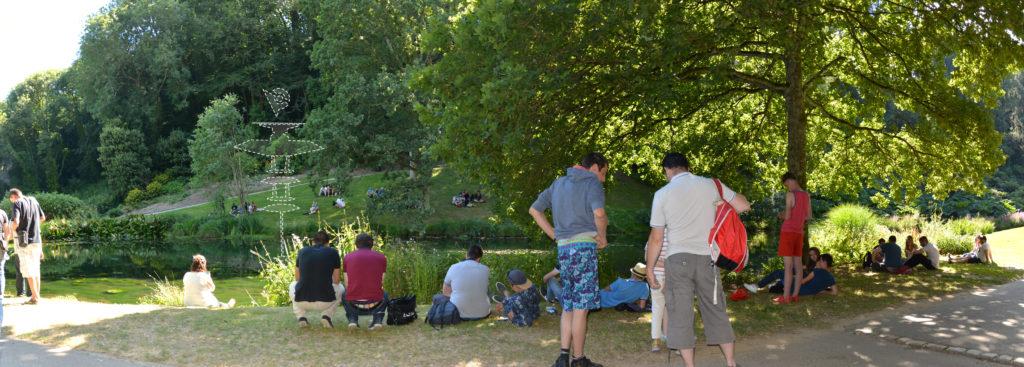 Personas capturando pokemones en un parque de Francia